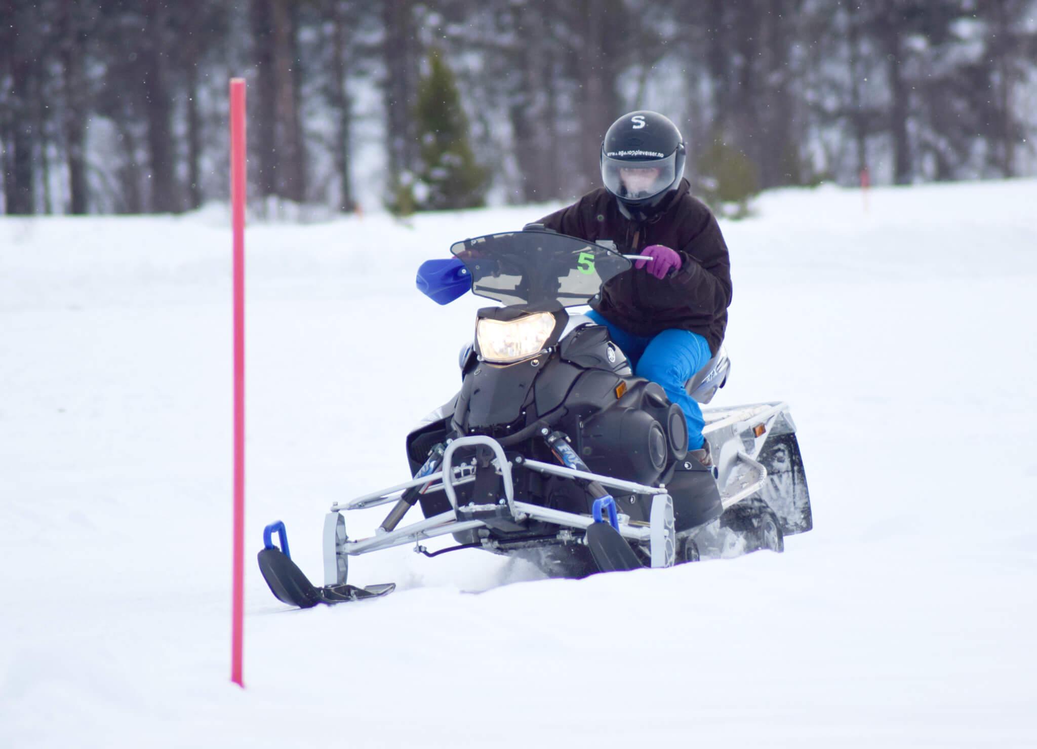 Snøscootersafari langs Pålsbufjorden