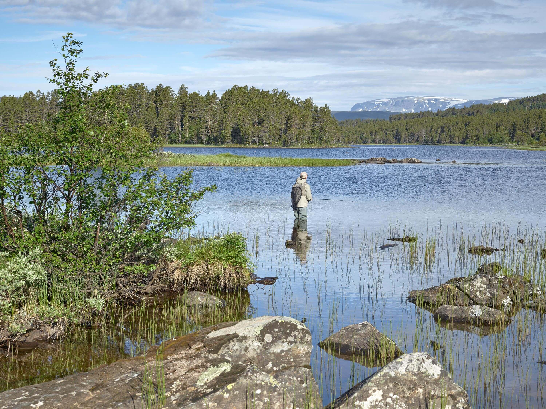 Fiske i Skurdalen. Foto: Emile Holba